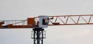 Cosa può succedere se la gru a torre urta la linea elettrica?